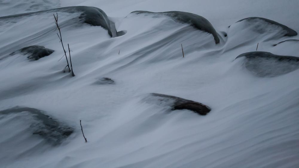 Tuuli pyöritteli lunta pieniksi dyyneiksi.