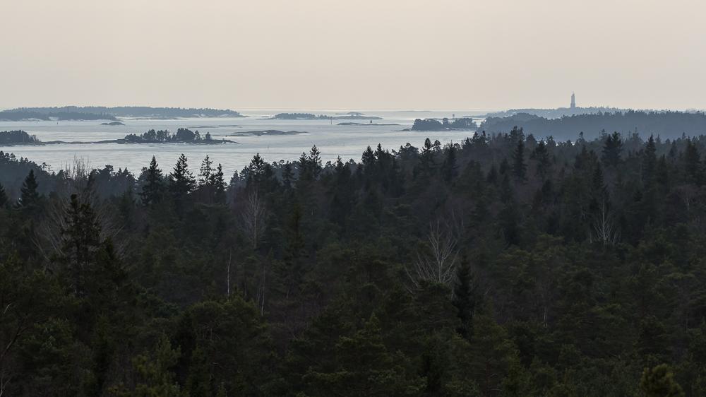 Kaukana siintää Rönnskärin majakka.