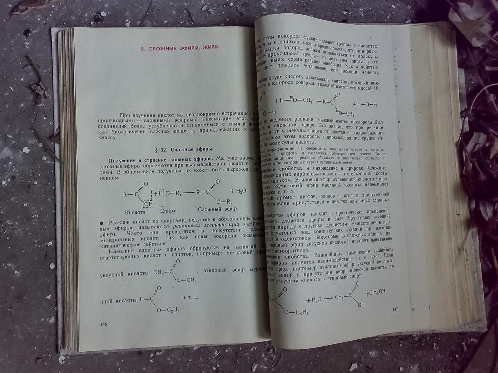 Lattialle hylätty kemian oppikirja.